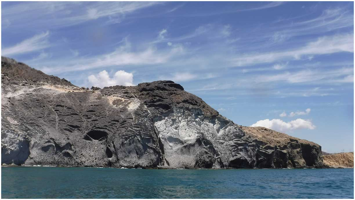 Volcanic cliffs, contrasts of lights and colors. Volcanic Tours. Paseos en barco Cabo de Gata